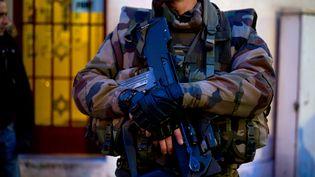 Un militaire français posté devant une synagogue de Neuilly-sur-Seine (Hauts-de-Seine), le 21 janvier 2015, dans le cadre du plan Vigipirate. (KENZO TRIBOUILLARD / AFP)