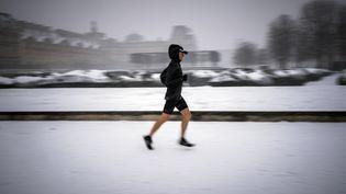 Un joggeur dans les rues de Paris, le 9 février 2018. (LIONEL BONAVENTURE / AFP)