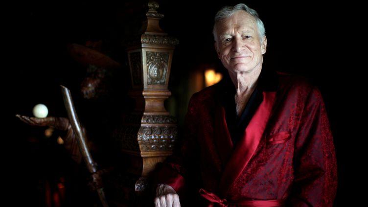 """Le fondateur du magazine """"Playboy"""", pose dans son manoir de Los Angeles, le 27 juillet 2010. (LUCY NICHOLSON / REUTERS)"""