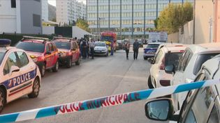 Un adolescent de 17 ans a agressé à l'arme blanche deux employées d'une école primaire de Marseille (Bouches-du-Rhône), tôt le matin, vendredi 6 septembre. Les précisions du journaliste Théo Souman, en duplex près des lieux de l'attaque. (CAPTURE ECRAN FRANCE 2)