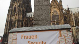 """Un """"point de sécurité"""" pour les femmes installé à Cologne, en Allemagne, le 3 février 2016, alors que le carnaval commence jeudi 4. (OLIVER BERG / DPA/AFP)"""