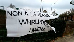 Banderole devantl'usine Whirlpool à Amiens, en mars 2017 (RADIO FRANCE / BENJAMIN ILLY)