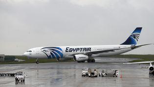 Un avion de la compagnie EgyptAir à l'aéroport de Roissy-Charles-de-Gaulle (Val-d'Oise), le 19 mai 2016. (THOMAS SAMSON / AFP)