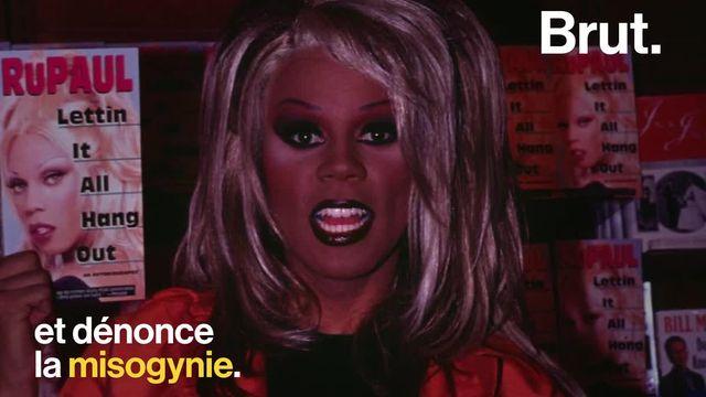 C'est l'une des plus célèbres drag-queens du monde, la première à avoir été égérie d'une marque de cosmétiques, son émission a été couronnée de 11 Emmy Awards. C'est RuPaul.