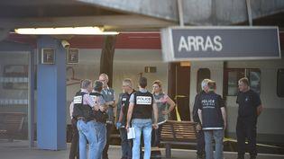 Des enquêteurs commencent leur travail dans la gare d'Arras (Pas-de-Calais), vendredi 21 août, après l'arrestation d'un homme accusé d'avoir tiré à bord d'un train Thalys. (PHILIPPE HUGUEN / AFP)