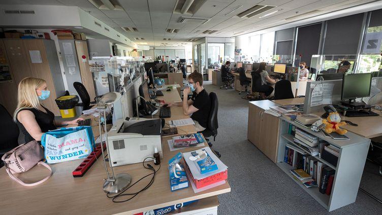 Des journalistes de l'agence de presse slovène STA àLjubljana, le 24 juin 2021. (JURE MAKOVEC / AFP)