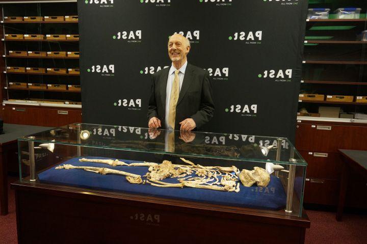 Le professeur Ron Clarke avec le squelette de Little Foot lors d'une conférence de presse à l'Université du Witwatersrand à Johannesburg en décembre 2017 (Kathleen Kuman)