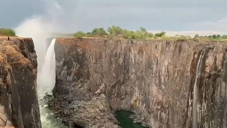 C'est une situation sans précédent depuis un siècle : les célèbres chutes du lac Victoria, en Afrique, sont asséchées. (FRANCE 2)