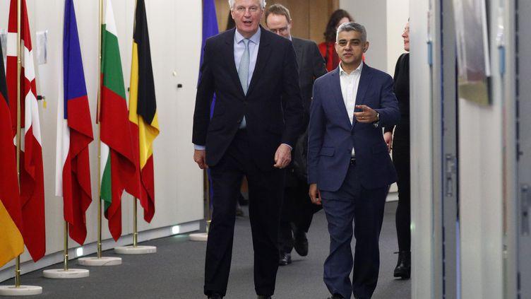 Lenégociateur en chef de l'Union européenne pour le Brexit, Michel Barnier, discute avec le maire de Londres, Sadiq Khan, à la Commission européenne à Bruxelles, le 18 février 2020. (FRANCOIS LENOIR / AFP)