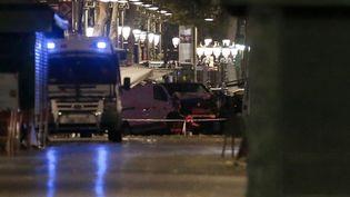 A Barcelone (Espagne) sur les lieux où un camion a foncé dans la foule, tuant au moins 13 personnes, le 17 août 2017. (PAU BARRENA / AFP)