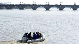 Le fugitif qui a dérivé dans la Garonne sur plusieurs centaines de mètres a pu être repêché par les pompiers, dimanche 15 juillet 2012. (JEAN-PIERRE MULLER / AFP)