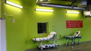 Deux brancards dans les couloirs du centre hospitalier régional universitaire de Lille (Nord), le 12 octobre 2014. (MAXPPP)