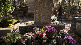 Une tombe fleurie dans le cimetière du Père-Lachaise, le 1er novembre 2015. (LIONEL BONAVENTURE / AFP)