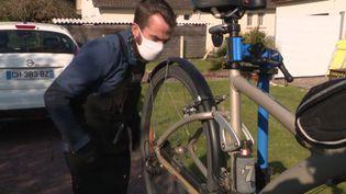 Un atelier itinérant de réparation de vélo dans le Calvados. (FRANCEINFO)