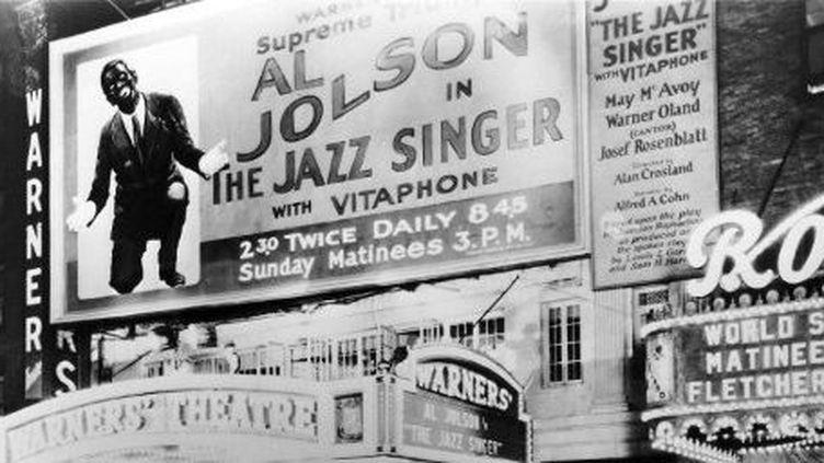 L'affiche du film «Le Chanteur de jazz»(de Alan Crosland), sorti en 1927. Photo prise le jour de la première à New York le 6 octobre 1927. (AFP - Wolf Tracer Archive)