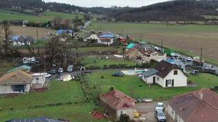 Le réveillon du Nouvel An s'annonce très particulier pour les habitants touchés récemment par les intempéries du sud de la France. C'est le cas dans lesPyrénées-Atlantiquesoù il y a dix jours, le village de Serres-Sainte-Marie a été frappé par un violent coup de vent. (FRANCE 2)