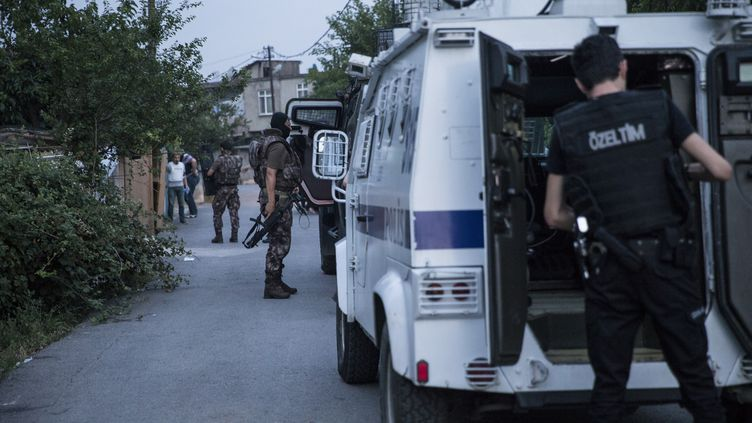 La police turque mène une opération antiterroriste, le 30 juin 2016, à Istanbul (Turquie). (ARIF HUDAVERDI YAMAN / ANADOLU AGENCY / AFP)