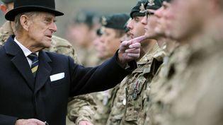 Le prince Philip inspecte le régiment armé des hussards de la Reine à Paderborn (Allemagne), le 19 novembre 2014. (CAROLINE SEIDEL / AP / SIPA)