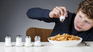Les Français consommeraient en moyenne 10 à 12 grammes de sel par jour, soit le double de la recommandation quotidienne émise par l'Organisation mondiale de la santé. (CLARKANDCOMPANY / E+ / GETTY IMAGES)