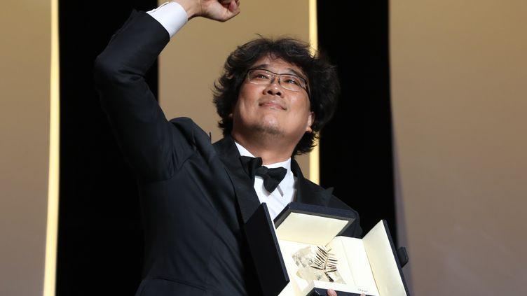 """Le réalisateur coréen Bong Joon-Ho reçoit la Palme d'Or pour """"Parasite"""" (VALERY HACHE / AFP)"""