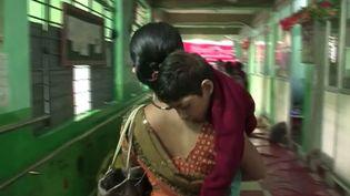 Trente ans après la catastrophe de Bhopal (Inde), le 3 décembre 1984, rien n'a été fait pour décontaminer le site. Quelque 700 enfants sont accueillis dans ce centre car ils souffrent de maladies. ( FRANCE 2 / FRANCETV INFO)