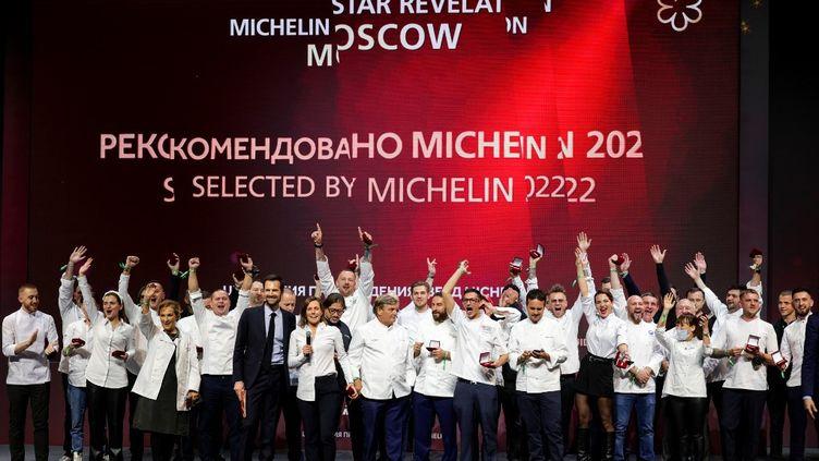 Des chefs moscovites célèbrent leurs étoiles au guide Michelin, le 14 octobre 2021, au Zaryady Concert Hall de Moscou (Russie). (DIMITAR DILKOFF / AFP)