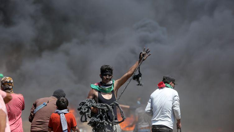 Des manifestants palestiniens protestent à la frontière entre Israël et la bande de Gaza, lundi 14 mai 2018. (MOMEN FAIZ / NURPHOTO)