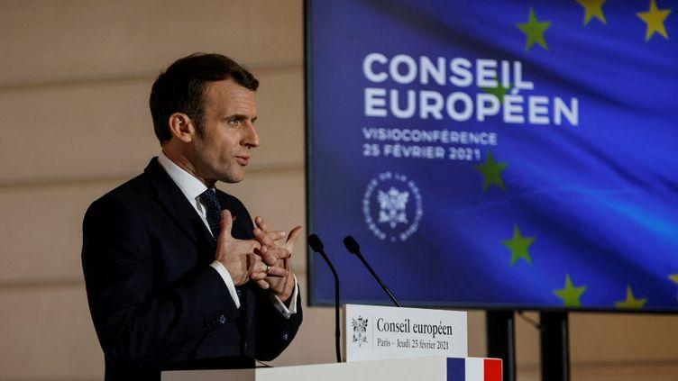 Le président Emmanuel Macron, le 25 février 2021 à l'Elysée, après une visioconférence avec les Vingt-Sept. (THOMAS COEX / AFP)