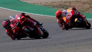 Francesco Bagniai (Ducati) devant Marc Marquez (Honda). (LLUIS GENE / AFP)