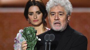 Le réalisateur espagnol Pedro Almodovar et son Goya du meilleur réalisateur, lors de la cérémonie de la remise des plus hautes récompenses du cinéma espagnol 2020, à Malaga en Espagne (derrière lui : Penélope Cruz). (GABRIEL BOUYS / AFP)