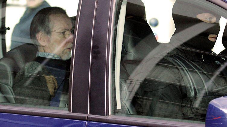 Michel Fourniret dans une voiture de police, le 21 mai 2008,à Charleville-Mézières (Ardennes). (ALAIN JULIEN / AFP)