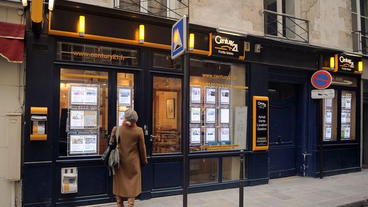 Une agence immobilière à Paris, le 4 janvier 2014. (MIGUEL MEDINA / AFP)