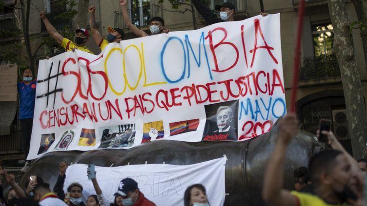 Des citoyens colombiens manifestent contre le gouvernement d'Ivan Duque (5 mai 2021). (JOSEP LAGO / AFP)