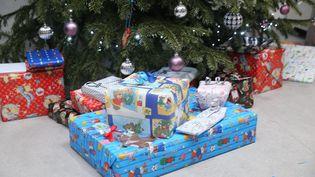 Des cadeaux de Noël au pied du sapin. (MAXPPP)