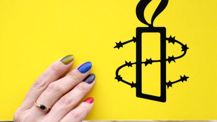 Le logo d'Amnesty International lors d'une manifestation à Berlin en avril 2021. (ODD ANDERSEN / AFP)