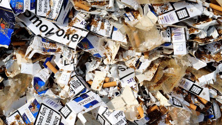 Une saisie de cigarettes de contrefaçon par les douanes françaises, le 30 juillet 2009, à Brest (Finistère). (FRED TANNEAU / AFP)