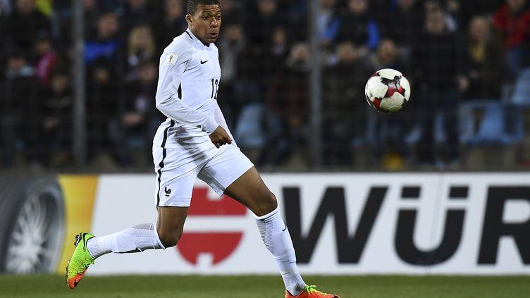 Kylian Mbappé a fait ses débuts en Bleu au Luxembourg (FRANCK FIFE / AFP)