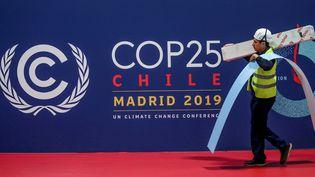Un ouvrier s'active dans les derniers préparatifs avant le début de la COP25 organisée à Madrid (Espagne), le 30 novembre 2019. (SERGIO PEREZ / REUTERS)