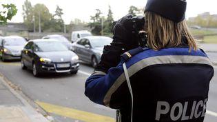Une policière effectue un contrôle radar, à Bordeaux, le 29 octobre 2011. (Photo d'illustration) (JEAN-PIERRE MULLER / AFP)
