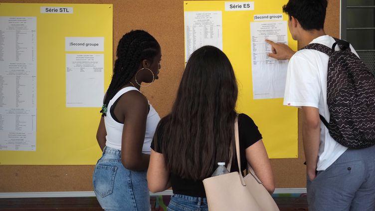 Des étudiants découvrent leurs résultats au baccalauréat à Tours (Indre-et-Loire), le 5 juillet 2019. (GUILLAUME SOUVANT / AFP)