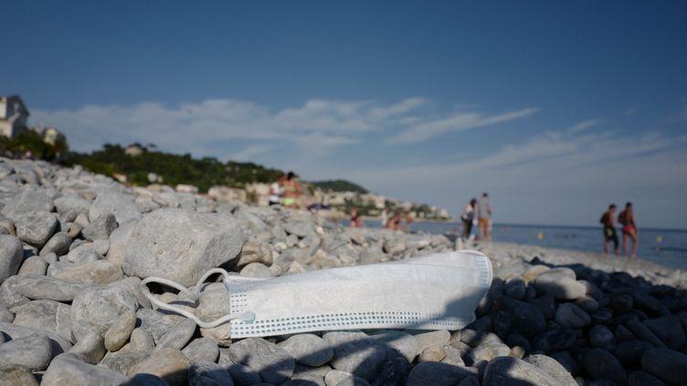 Un masque sur une plage de Nice dans le département des Alpes-Maritimes, le 22 mai 2020(photo d'illustration). (VALERY HACHE / AFP)