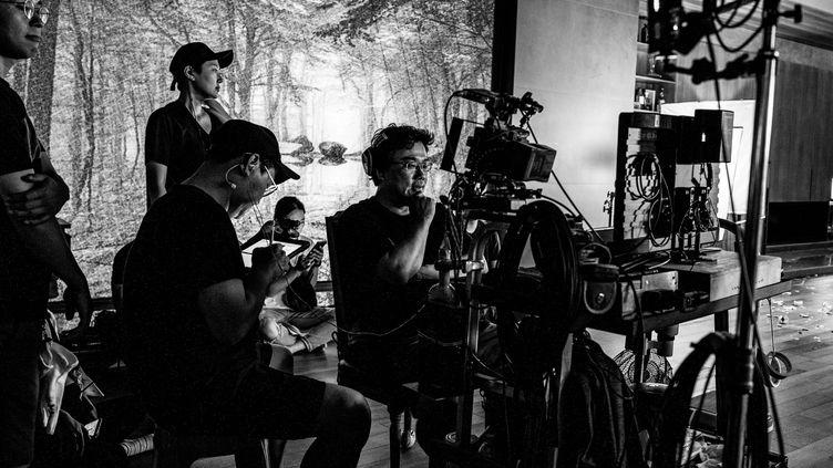 """Le réalisateurBong Joon Ho pendant le tournage de """"Parasite"""". (The Jokers / Les Bookmakers)"""