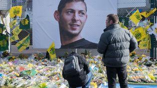 Des supporters nantais rendent hommage à Emiliano Sala, le 10 février 2019 devant le stade de la Beaujoire (Loire-Atlantique). (ESTELLE RUIZ / NURPHOTO / AFP)
