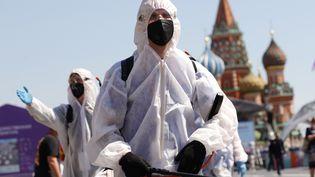 Une foire du livre en cours de désinfection à Moscou, en Russie, le 18 juin 2021. (SEFA KARACAN / ANADOLU AGENCY / AFP)