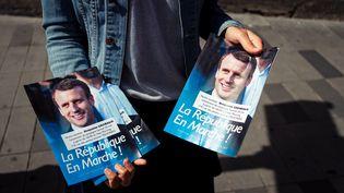 Une opération de tractage de La République en marche pour les élections législatives des 11 et 18 juin 2017, à Paris le 20 mai 2017. (MAXPPP)