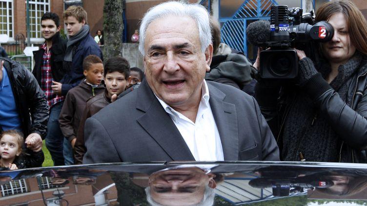 Dominique Strauss-Kahn sort d'un bureau de vote à Sarcelles(Val-d'Oise),le 6 mai 2012, jour du second tour de l'élection présidentielle. (THOMAS SAMSON / AFP)