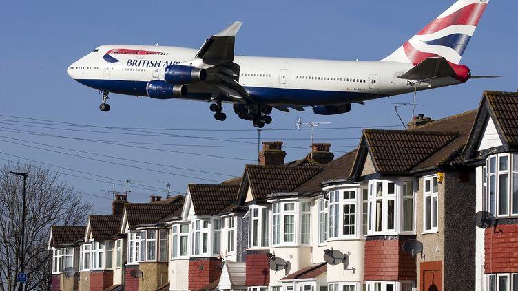 Un avion de British Airways s'apprête à atterrir à Heathrow, (Royaume-Uni), le 18 février 2015. (JUSTIN TALLIS / AFP)