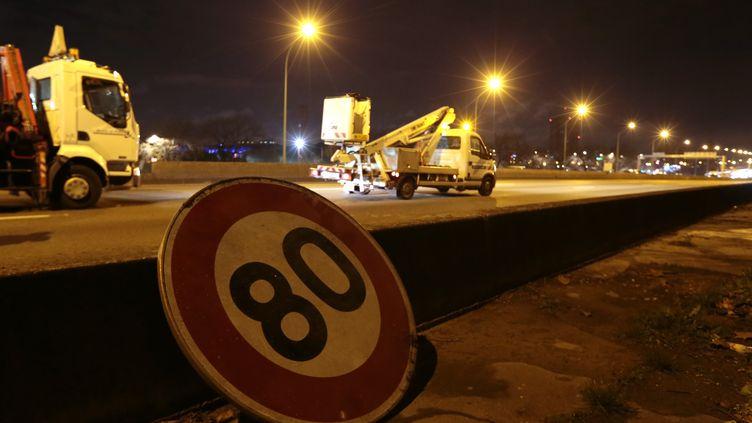 Un panneau de limitation de vitesse à 80 km/h, à Paris,en janvier 2014.  (JACQUES DEMARTHON / AFP)