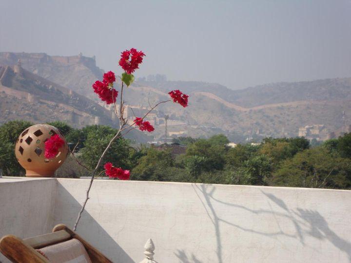 """Vue de la maison d'hôtes d'Hervé Vital sur les collines du Rajasthan """"En Inde, la religion est partout. Les gestes liés aux croyances rythment les journées."""" (HERVE VITAL)"""