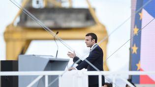 """Emmanuel Macron prononce un discours à Saint-Nazaire (Loire-Atlantique), le 31 mai 2017, lors de l'inauguration du """"Meraviglia"""" dans les chantiers de STX. (JEAN-SEBASTIEN EVRARD / AFP)"""